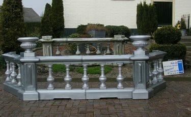 Zinken balkon nagemaakt voor de vroegere burgemeesterswoning in Venhuizen