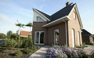 Huis met klassieke dakgoot met smetplank