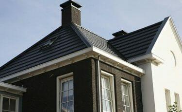Huis met kunststof klassieke dakgoot